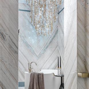 Пример оригинального дизайна: главная ванная комната в современном стиле с отдельно стоящей ванной и бежевой плиткой