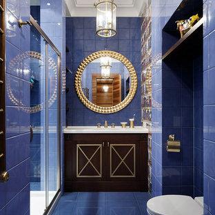 Новый формат декора квартиры: большая ванная комната в классическом стиле с синими стенами, фасадами цвета темного дерева, душем в нише, унитазом-моноблоком, синей плиткой, душевой кабиной, фасадами с выступающей филенкой, керамической плиткой, полом из керамической плитки, настольной раковиной, мраморной столешницей и душем с раздвижными дверями