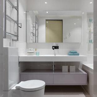 Свежая идея для дизайна: главная ванная комната в современном стиле с плоскими фасадами, фиолетовыми фасадами, ванной в нише, душем над ванной, раздельным унитазом, белой плиткой и бежевым полом - отличное фото интерьера