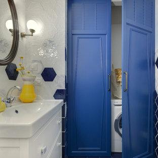 Свежая идея для дизайна: ванная комната в современном стиле с белыми фасадами, синей плиткой, белой плиткой и синим полом - отличное фото интерьера