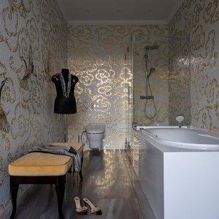 На фото: главная ванная комната в классическом стиле с накладной ванной, угловым душем, инсталляцией, полом из керамогранита и душем с распашными дверями с