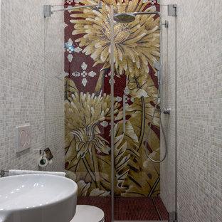 Immagine di una piccola stanza da bagno con doccia boho chic con piastrelle multicolore, piastrelle grigie, piastrelle a mosaico, pavimento con piastrelle a mosaico, lavabo sospeso, pavimento rosso e doccia alcova