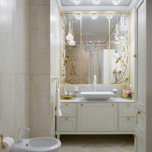 Идея дизайна: ванная комната в стиле современная классика с белыми фасадами, биде, бежевой плиткой, настольной раковиной и бежевым полом