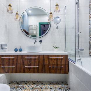 Стильный дизайн: ванная комната в современном стиле с плоскими фасадами, темными деревянными фасадами, ванной в нише, душем над ванной, инсталляцией, синей плиткой, разноцветной плиткой, белой плиткой, цементной плиткой, разноцветными стенами, полом из цементной плитки, душевой кабиной, настольной раковиной, разноцветным полом и открытым душем - последний тренд