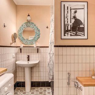 Идея дизайна: ванная комната в современном стиле с душем в нише, белой плиткой, бежевыми стенами, душевой кабиной, раковиной с пьедесталом, разноцветным полом и шторкой для ванной