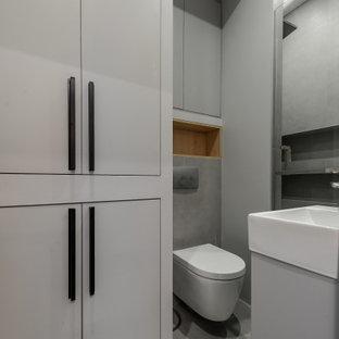 Идея дизайна: ванная комната в современном стиле с плоскими фасадами, белыми фасадами, душем в нише, инсталляцией, серой плиткой, душевой кабиной, монолитной раковиной, серым полом, белой столешницей, унитазом, тумбой под одну раковину и подвесной тумбой