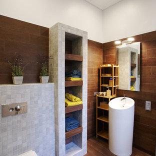 Неиссякаемый источник вдохновения для домашнего уюта: ванная комната в современном стиле с инсталляцией, серой плиткой и раковиной с пьедесталом