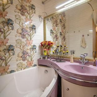 Cette photo montre une salle de bain principale chic de taille moyenne avec des portes de placard violettes, une baignoire d'angle, un WC suspendu, un carrelage multicolore, des carreaux de céramique, un mur multicolore, un sol en carrelage de céramique, un lavabo suspendu, un plan de toilette en surface solide, un sol violet, un plan de toilette violet, des toilettes cachées, meuble simple vasque et meuble-lavabo suspendu.