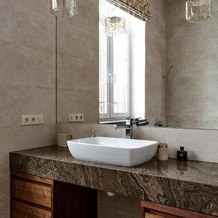 Идея дизайна: главная ванная комната в современном стиле с темными деревянными фасадами, настольной раковиной и бежевой плиткой