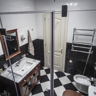 Ispirazione per una stanza da bagno con doccia vittoriana con ante di vetro, doccia alcova, bidè, piastrelle bianche, pistrelle in bianco e nero, piastrelle nere, lavabo da incasso e top in marmo