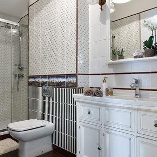 Неиссякаемый источник вдохновения для домашнего уюта: ванная комната в современном стиле с раздельным унитазом, белой плиткой, черно-белой плиткой, душевой кабиной и монолитной раковиной