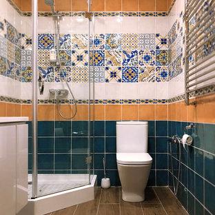 Exempel på ett modernt beige beige badrum med dusch, med släta luckor, beige skåp, en hörndusch, en toalettstol med hel cisternkåpa, blå kakel, brun kakel, grön kakel, flerfärgad kakel, vit kakel, keramikplattor, brunt golv och dusch med gångjärnsdörr