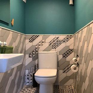 Стильный дизайн: ванная комната в современном стиле с разноцветной плиткой и синими стенами - последний тренд