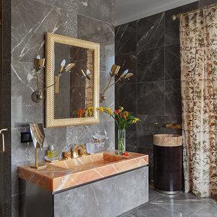 Diseño de cuarto de baño principal, contemporáneo, grande, con armarios con paneles lisos, puertas de armario marrones, bañera exenta, ducha doble, sanitario de pared, baldosas y/o azulejos marrones, baldosas y/o azulejos de piedra, paredes marrones, suelo de mármol, lavabo suspendido y encimera de ónix