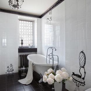 Свежая идея для дизайна: ванная комната среднего размера в классическом стиле с черно-белой плиткой, ванной на ножках и белыми стенами - отличное фото интерьера
