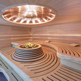 На фото: баня и сауна в современном стиле с коричневыми стенами