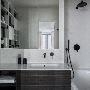 Неиссякаемый источник вдохновения для домашнего уюта: главная ванная комната в современном стиле с плоскими фасадами, темными деревянными фасадами, душем над ванной, белой плиткой и монолитной раковиной