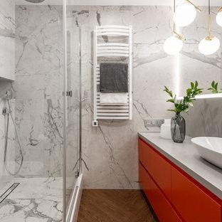 Неиссякаемый источник вдохновения для домашнего уюта: большая ванная комната в современном стиле с плоскими фасадами, красными фасадами, угловым душем, серой плиткой, душевой кабиной, настольной раковиной, коричневым полом, душем с распашными дверями, серой столешницей, тумбой под одну раковину и подвесной тумбой