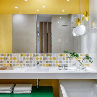 Идея дизайна: главная ванная комната среднего размера в скандинавском стиле с плоскими фасадами, зелеными фасадами, полновстраиваемой ванной, душем над ванной, инсталляцией, желтой плиткой, керамической плиткой, желтыми стенами, полом из керамогранита, врезной раковиной, столешницей из искусственного камня, бежевым полом, открытым душем, белой столешницей, нишей, тумбой под одну раковину и подвесной тумбой