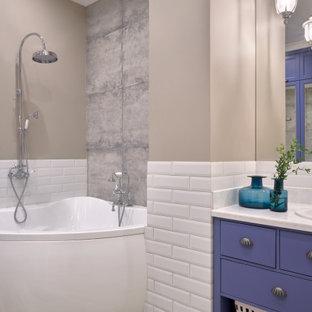 Klassisk inredning av ett vit vitt en-suite badrum, med släta luckor, lila skåp, ett hörnbadkar, beige väggar och ett fristående handfat