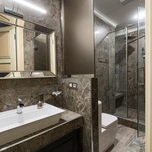 На фото: ванная комната в современном стиле с душем в нише, раздельным унитазом, коричневой плиткой, коричневыми стенами, душевой кабиной, настольной раковиной, коричневым полом, фасадами с утопленной филенкой, черными фасадами и коричневой столешницей с