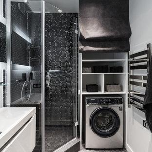 Неиссякаемый источник вдохновения для домашнего уюта: маленькая ванная комната в современном стиле с угловым душем, белыми стенами, душевой кабиной, серым полом, душем с распашными дверями, плоскими фасадами, белыми фасадами, черной плиткой, плиткой мозаикой и консольной раковиной