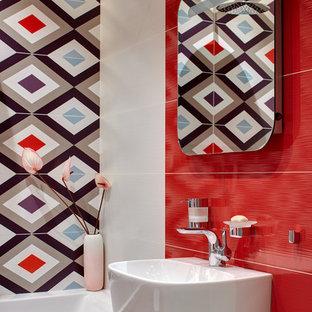 Ejemplo de cuarto de baño infantil, actual, grande, con bañera empotrada, combinación de ducha y bañera, baldosas y/o azulejos rojos, baldosas y/o azulejos multicolor y lavabo con pedestal