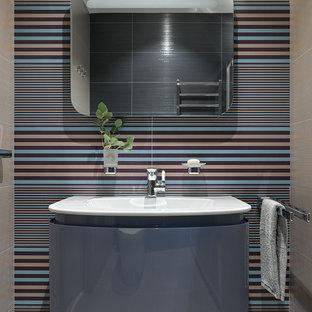 Новый формат декора квартиры: большая ванная комната в современном стиле с плоскими фасадами, синими фасадами, консольной раковиной, душем в нише, синей плиткой, керамической плиткой и полом из керамической плитки