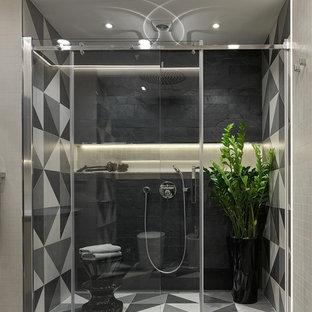 Esempio di una grande stanza da bagno con doccia minimal con doccia alcova, piastrelle grigie, piastrelle nere, piastrelle in gres porcellanato, pavimento in gres porcellanato, pareti nere e porta doccia scorrevole