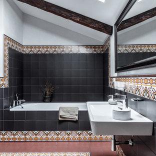 Идея дизайна: главная ванная комната в современном стиле с ванной в нише, коричневой плиткой, черной плиткой, белыми стенами, подвесной раковиной и разноцветным полом