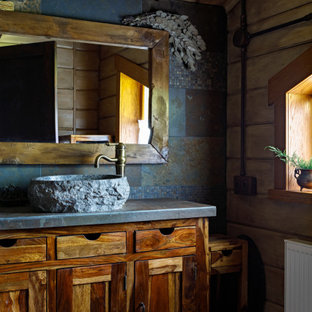 Стильный дизайн: ванная комната в стиле рустика с фасадами в стиле шейкер, темными деревянными фасадами, настольной раковиной, серой столешницей и напольной тумбой - последний тренд