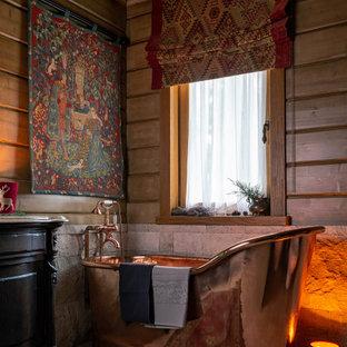 Идея дизайна: главная ванная комната в стиле рустика с черными фасадами, отдельно стоящей ванной, коричневыми стенами, напольной тумбой и стенами из вагонки