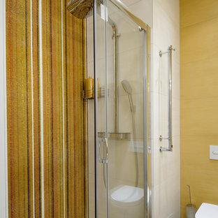 Неиссякаемый источник вдохновения для домашнего уюта: ванная комната в современном стиле с инсталляцией, столешницей из искусственного камня, душем с раздвижными дверями, желтой плиткой, плиткой мозаикой, желтыми стенами и коричневым полом