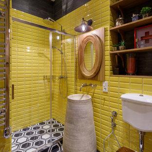 Неиссякаемый источник вдохновения для домашнего уюта: ванная комната в современном стиле с душем в нише, раздельным унитазом, желтой плиткой, плиткой кабанчик и разноцветным полом