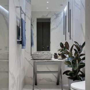 Пример оригинального дизайна: ванная комната в современном стиле с белой плиткой, белым полом и серой столешницей