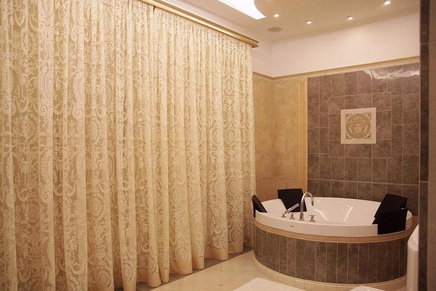 Шторы японские в ванной комнате загородного дома.