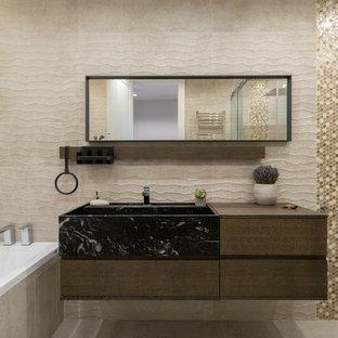 На фото: главная ванная комната в современном стиле с плоскими фасадами, темными деревянными фасадами, бежевой плиткой, накладной раковиной, бежевым полом и коричневой столешницей с