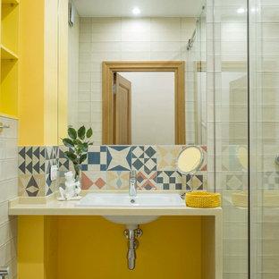 Exemple d'une salle de bain scandinave avec un mur jaune, un lavabo posé, un plan de toilette beige, un carrelage multicolore et une cabine de douche à porte coulissante.