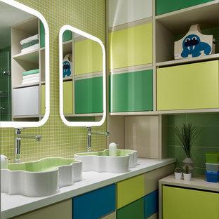 Ejemplo de cuarto de baño infantil, escandinavo, de tamaño medio, con armarios con paneles lisos, baldosas y/o azulejos en mosaico, paredes verdes, lavabo sobreencimera, puertas de armario verdes, suelo de baldosas de cerámica y suelo verde