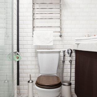 Идея дизайна: ванная комната среднего размера в скандинавском стиле с открытыми фасадами, коричневыми фасадами, душевой комнатой, раздельным унитазом, белой плиткой, плиткой кабанчик, белыми стенами, полом из керамической плитки, душевой кабиной, накладной раковиной, столешницей из плитки, бежевым полом, душем с раздвижными дверями и белой столешницей