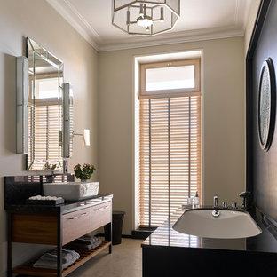 Свежая идея для дизайна: главная ванная комната в скандинавском стиле с плоскими фасадами, фасадами цвета дерева среднего тона, полновстраиваемой ванной, бежевыми стенами, настольной раковиной и бежевым полом - отличное фото интерьера
