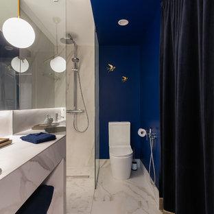 На фото: ванная комната в современном стиле с душем без бортиков, синими стенами, душевой кабиной, накладной раковиной, белым полом, унитазом-моноблоком, белой плиткой, мраморной плиткой, мраморным полом, мраморной столешницей, открытым душем и белой столешницей с
