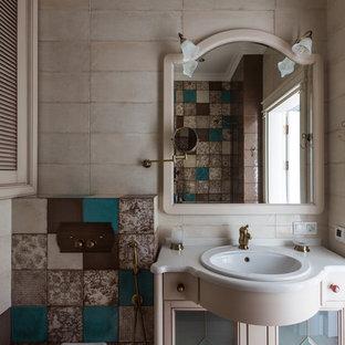 Свежая идея для дизайна: ванная комната в стиле современная классика с бежевой плиткой, накладной раковиной и раздельным унитазом - отличное фото интерьера