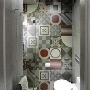 На фото: ванная комната в современном стиле с инсталляцией, разноцветной плиткой, душевой кабиной и серым полом с