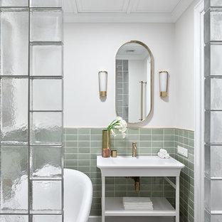 Foto de cuarto de baño principal, clásico renovado, con armarios abiertos, bañera con patas, baldosas y/o azulejos verdes, paredes blancas, lavabo tipo consola y suelo marrón