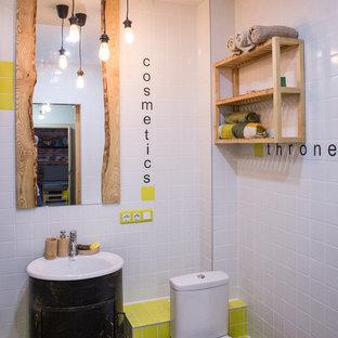 Идея дизайна: ванная комната в стиле фьюжн с раздельным унитазом, белой плиткой и желтой плиткой