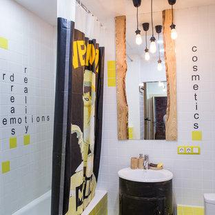 На фото: маленькие ванные комнаты в стиле фьюжн с черными фасадами, душем над ванной, раздельным унитазом, белой плиткой, желтой плиткой, накладной раковиной и шторкой для душа