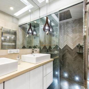 Идея дизайна: ванная комната в современном стиле с плоскими фасадами, белыми фасадами, душем в нише, бежевой плиткой, серой плиткой, душевой кабиной, настольной раковиной, душем с раздвижными дверями, белыми стенами и бежевым полом