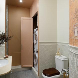 Неиссякаемый источник вдохновения для домашнего уюта: главная ванная комната среднего размера в стиле современная классика с серыми фасадами, керамической плиткой, белыми стенами, полом из керамогранита, врезной раковиной, столешницей из искусственного камня, серым полом, раздельным унитазом, серой плиткой и плоскими фасадами
