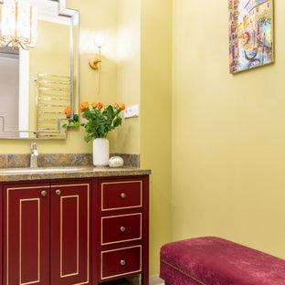 Esempio di una stanza da bagno padronale tradizionale di medie dimensioni con ante con bugna sagomata, ante rosse, vasca ad alcova, piastrelle beige, piastrelle in gres porcellanato, pareti verdi, pavimento in gres porcellanato, lavabo sottopiano, top in superficie solida, pavimento beige, doccia con tenda e top marrone